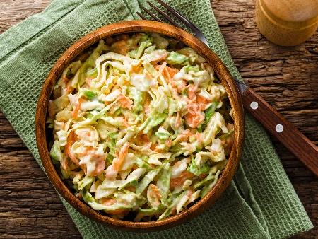 Салата от китайско зеле, моркови, майонеза и заквасена сметана - снимка на рецептата